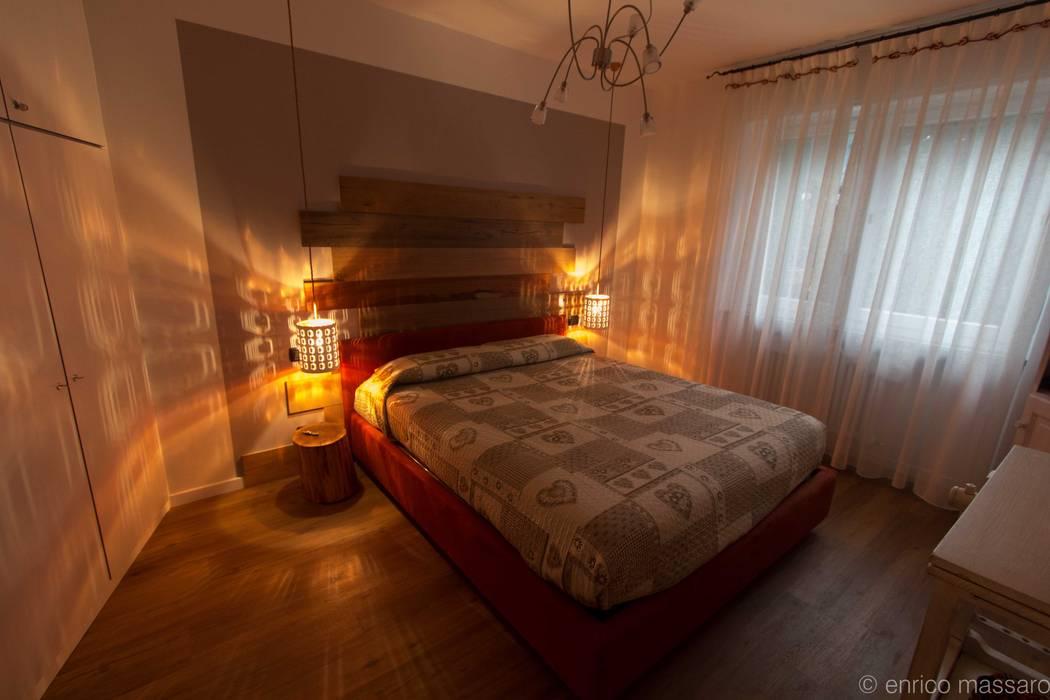 camera da letto: Camera da letto in stile in stile Rustico di enrico massaro architetto