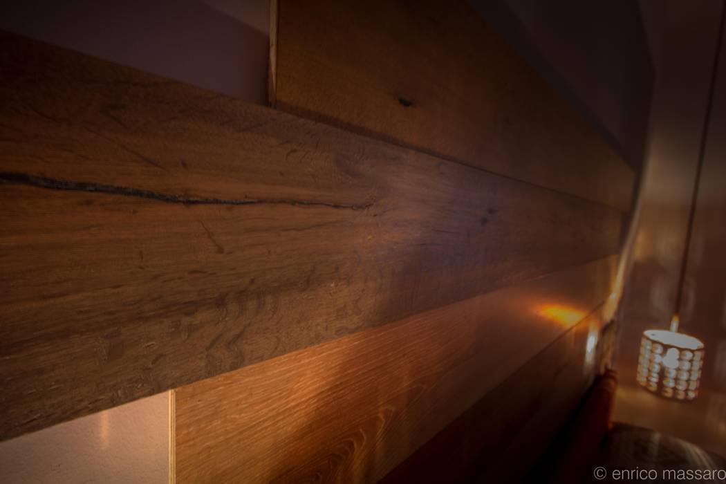 testiera home made: Pareti in stile  di enrico massaro architetto