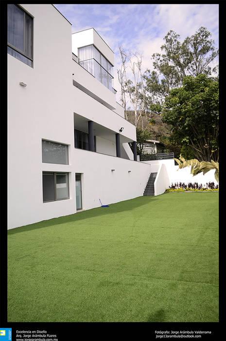 fachada trasera: Terrazas de estilo  por Excelencia en Diseño