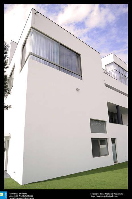 balcones en fachada: Terrazas de estilo  por Excelencia en Diseño