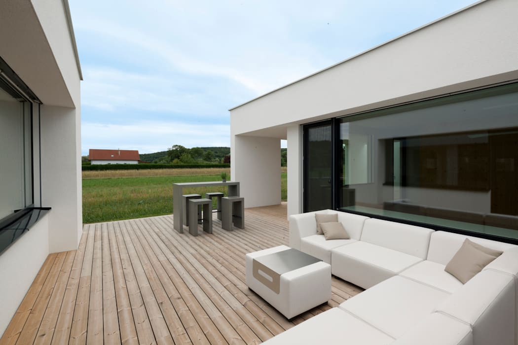 Varandas, alpendres e terraços modernos por PASCHINGER ARCHITEKTEN ZT KG Moderno Madeira maciça Multi colorido