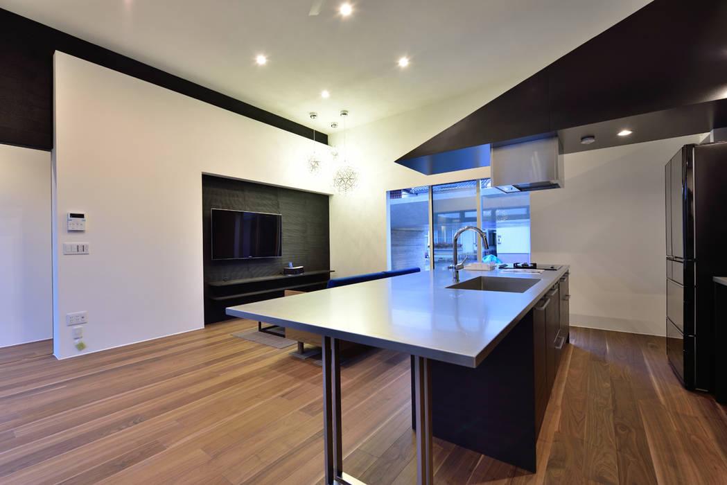 ガレージハウス×中庭のある平屋 オリジナルデザインの キッチン の Egawa Architectural Studio オリジナル