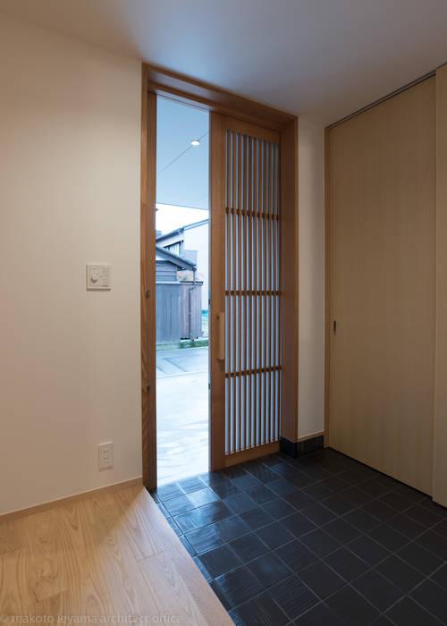Minimalist corridor, hallway & stairs by 家山真建築研究室 Makoto Ieyama Architect Office Minimalist