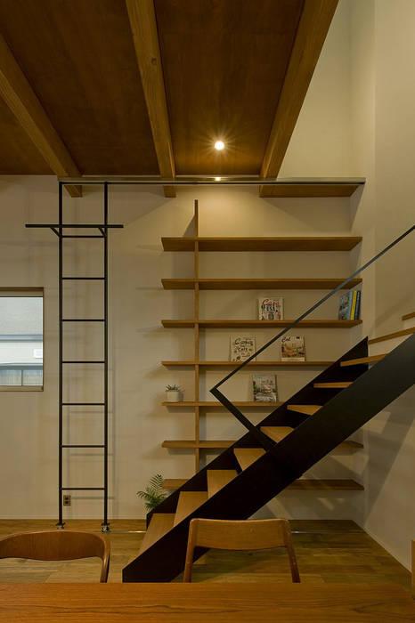 Pasillos, vestíbulos y escaleras de estilo ecléctico de 浦瀬建築設計事務所 Ecléctico