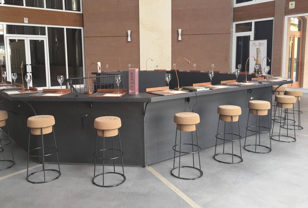 Panoramica della sala degustazione con gli sgabelli logati.: negozi