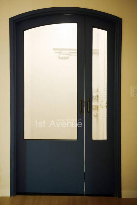 따뜻함이 가득한 홈카페 인테리어 : 퍼스트애비뉴의  복도 & 현관,모던