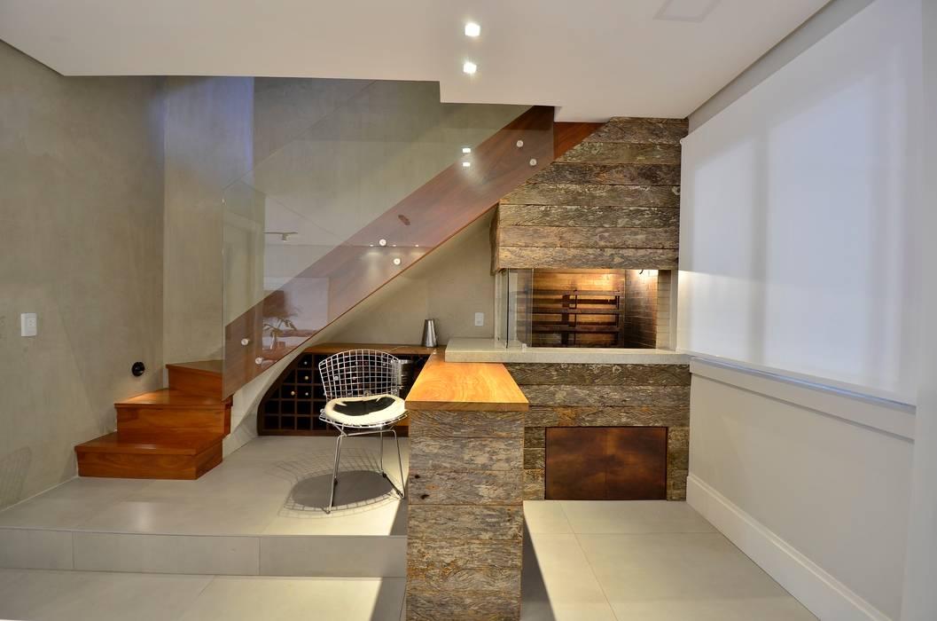 decoração despojada, acolhedora de linhas retas Corredores, halls e escadas modernos por karen feldman arquitetos associados Moderno Madeira maciça Multi colorido