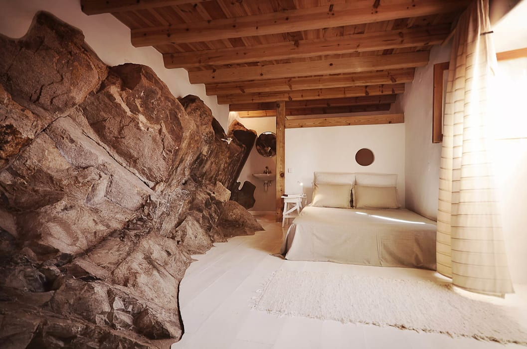 pedro quintela studio Rustic style bedroom Stone Wood effect