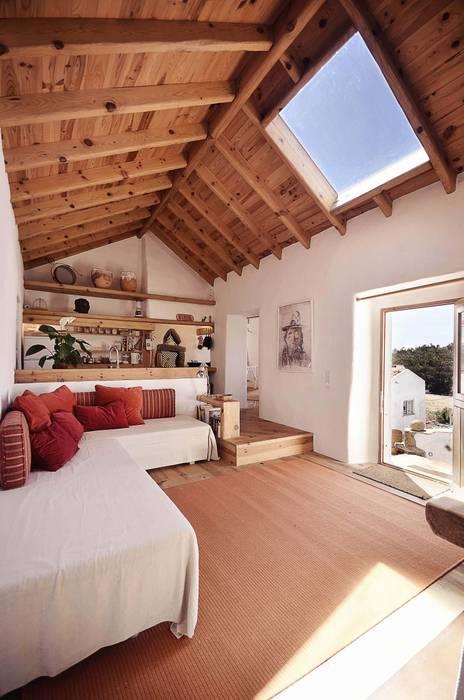 Salas / recibidores de estilo  por pedro quintela studio, Rústico Piedra