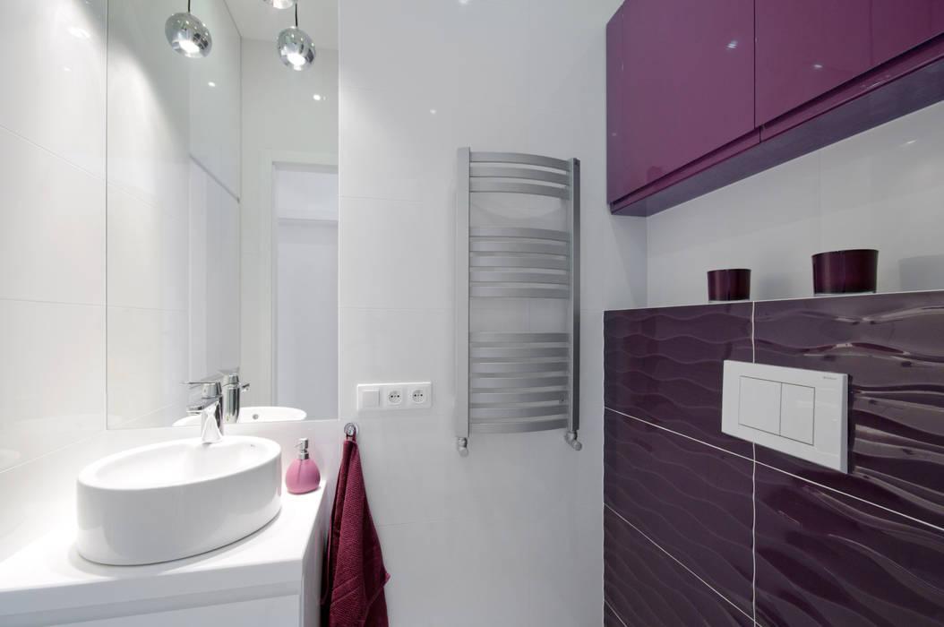 Biało fioletowa Toaleta: styl , w kategorii Łazienka zaprojektowany przez ZAWICKA-ID Projektowanie wnętrz