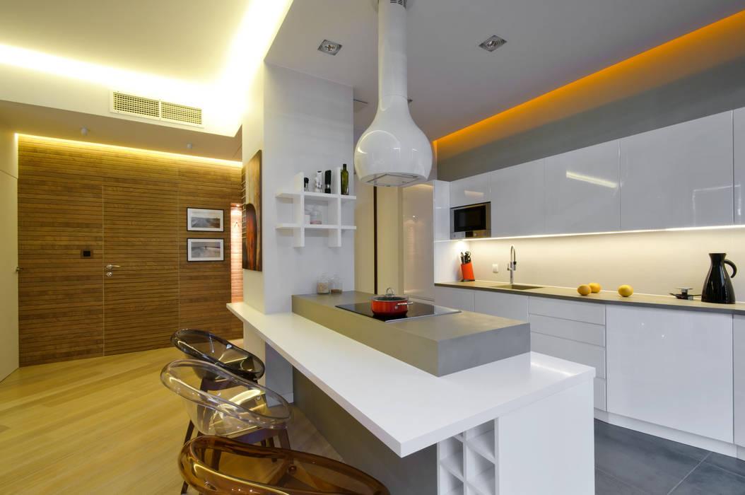 Biała kuchnia z wyspą użytkową Nowoczesna kuchnia od ZAWICKA-ID Projektowanie wnętrz Nowoczesny