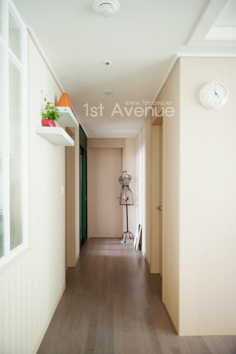 Коридор, прихожая и лестница в модерн стиле от 퍼스트애비뉴 Модерн