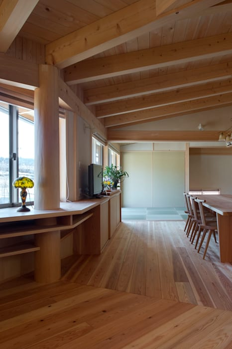 Projekty,  Salon zaprojektowane przez 大森建築設計室, Eklektyczny Drewno O efekcie drewna