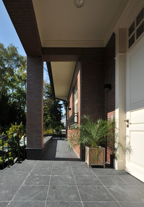 House in Darmstadt Petr Kozeykin Designs LLC, 'PS Pierreswatch' Balcon, Veranda & Terrasse classiques