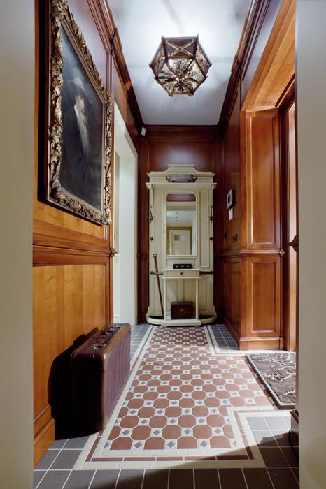 The apartment in Moscow 01: Couloir et hall d'entrée de style  par Petr Kozeykin Designs LLC, 'PS Pierreswatch'