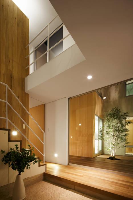 Pasillos y recibidores de estilo  por アトリエ スピノザ