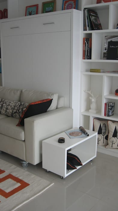 Guardado + Biblioteca: Livings de estilo  por MINBAI,