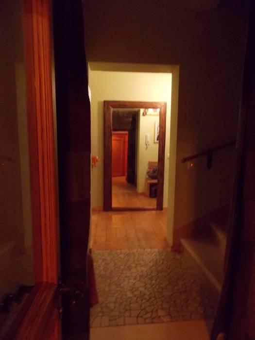 Spiegel, regal sowie schiebetür aus altholz mit einem ...
