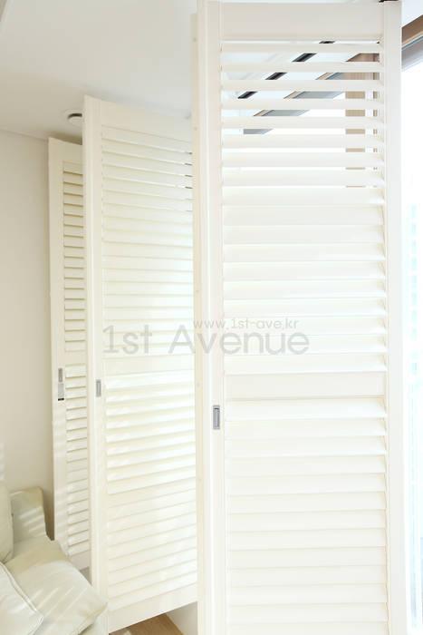 하얀 수국을 닮은 화이트톤 인테리어: 퍼스트애비뉴의  거실,