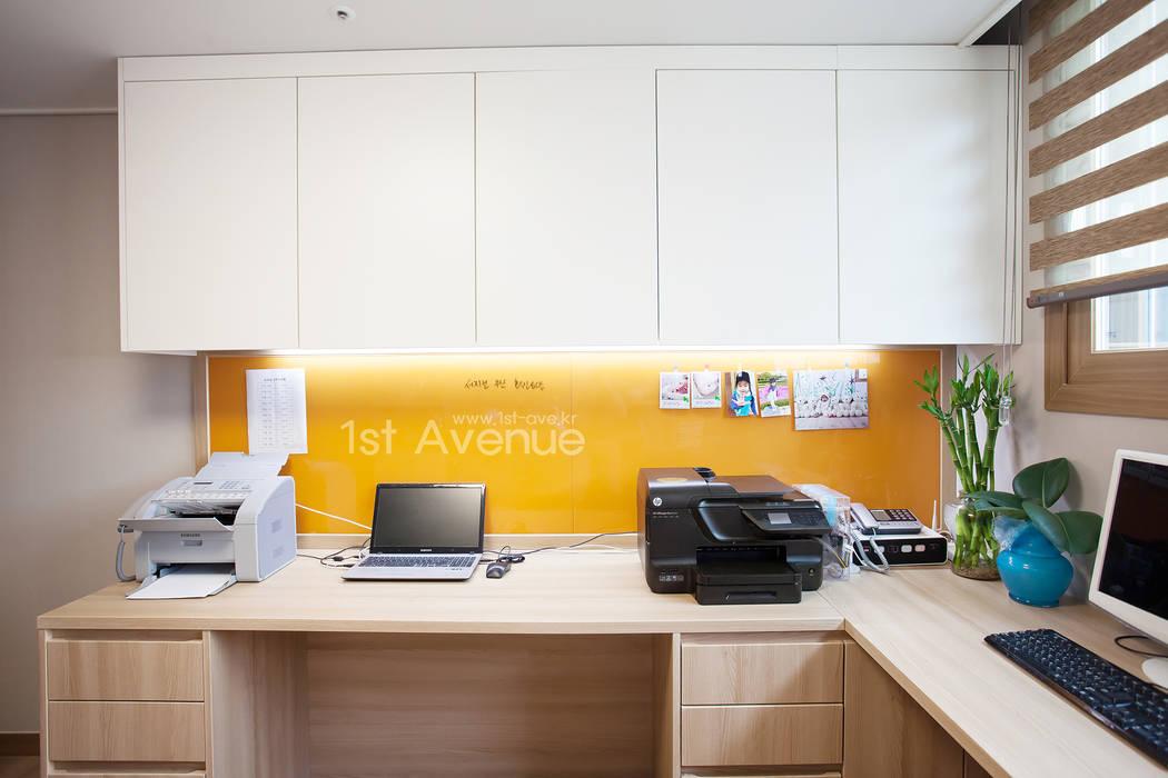 러블리한 다락방이 있는 인테리어: 퍼스트애비뉴의  서재 & 사무실,