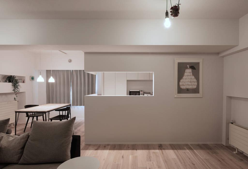 Cocinas de estilo  de 一色玲児 建築設計事務所 / ISSHIKI REIJI ARCHITECTS,