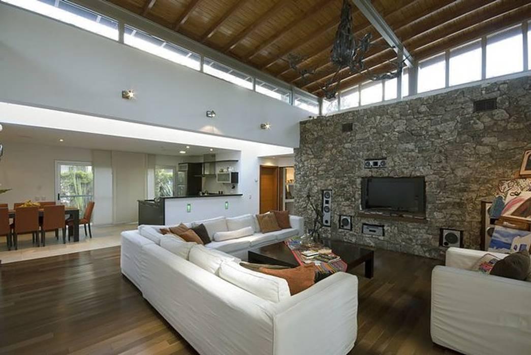 Ruang Keluarga Modern Oleh Estudio PM Modern