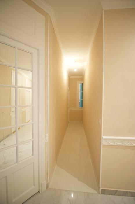 Appartement classique Nice 150m2: Couloir et hall d'entrée de style  par Blue Interior Design
