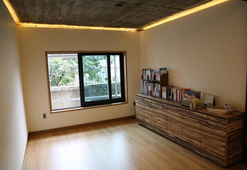 Salas de estar modernas por IEUNG Architect Moderno