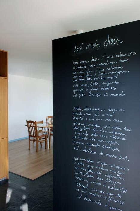 Pasillos, vestíbulos y escaleras de estilo minimalista de crónicas do habitar Minimalista