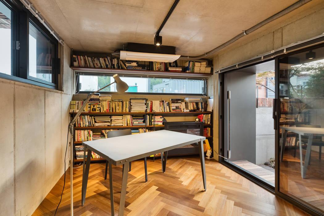 Salas de estar modernas por aandd architecture and design lab. Moderno
