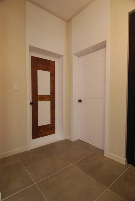 화장실문에 포인트//: 다한디자인의  거실