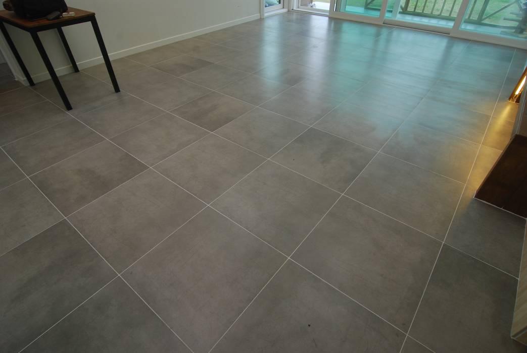 바닥은 포셀린 타일로.///: 다한디자인의  거실,