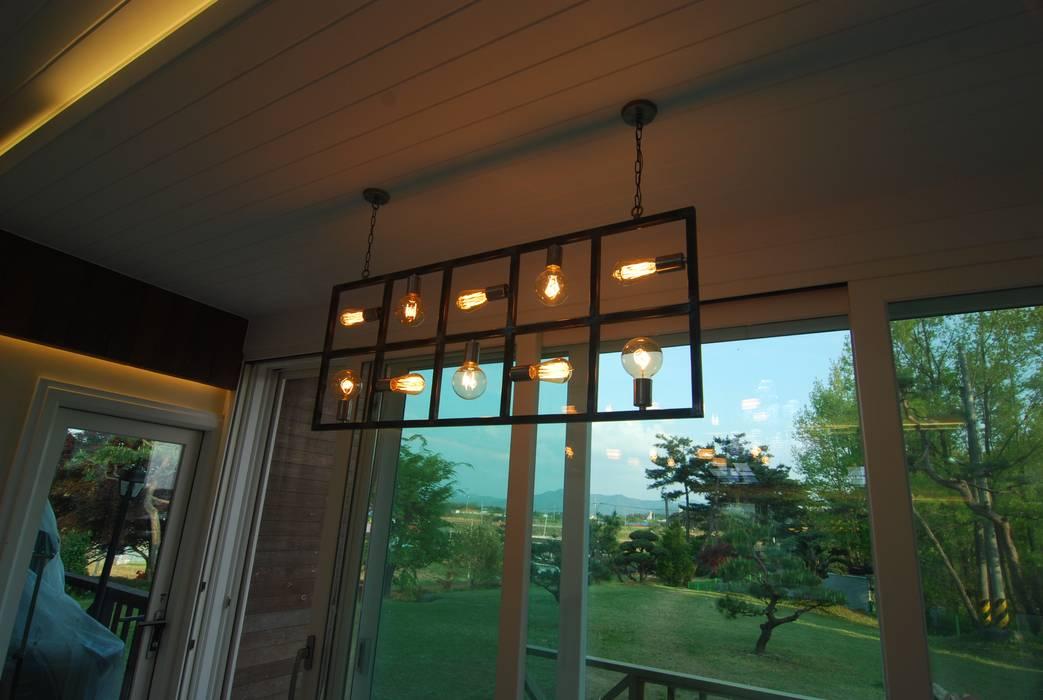 거실창가에도 인더스트리얼 조명을...: 다한디자인의  거실