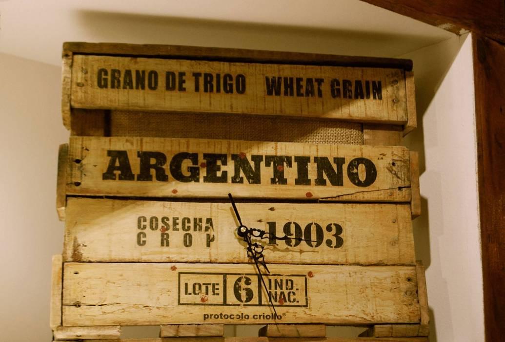 """Relojes Línea """"Argentina, Granero del mundo"""": Cocinas de estilo  por protocolo criollo®,Rústico Madera Acabado en madera"""