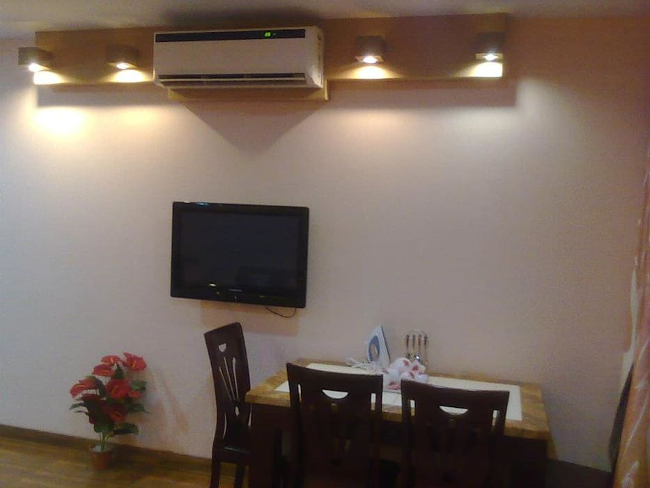 STUDIO APARTMENT IN NAVI MUMBAI Modern study/office by Alaya D'decor Modern Plywood