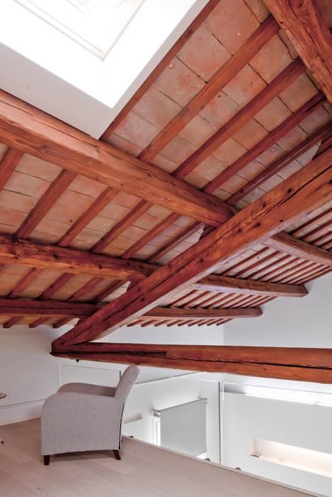 Salottino camera da letto: Camera da letto in stile in stile Moderno di Studio Olmeda Arch. Marco Amedeo
