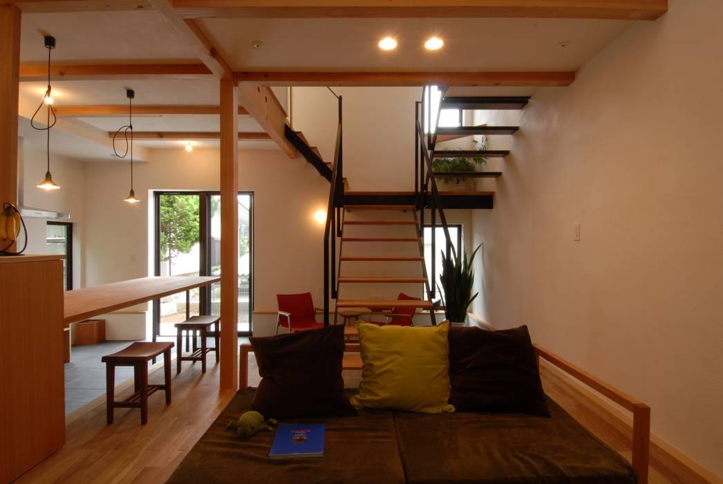 リビングとスチール階段 株式会社TERRAデザイン オリジナルデザインの リビング 木 木目調
