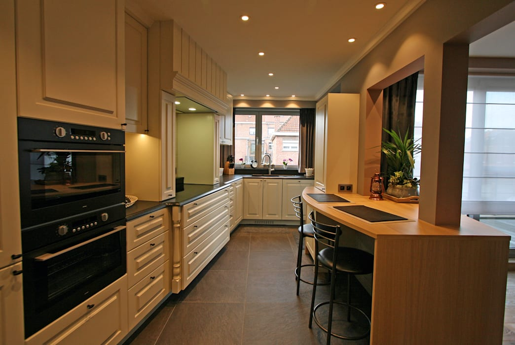 Restyling van een keuken naar de landelijke stijl:  Keuken door Sfeerontwerp