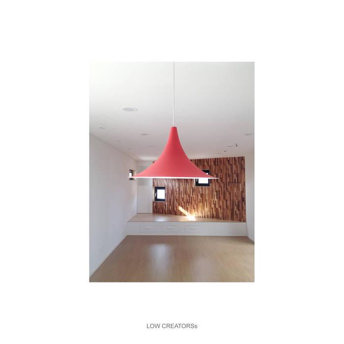 Ruang Keluarga oleh LOW CREATORs, Modern