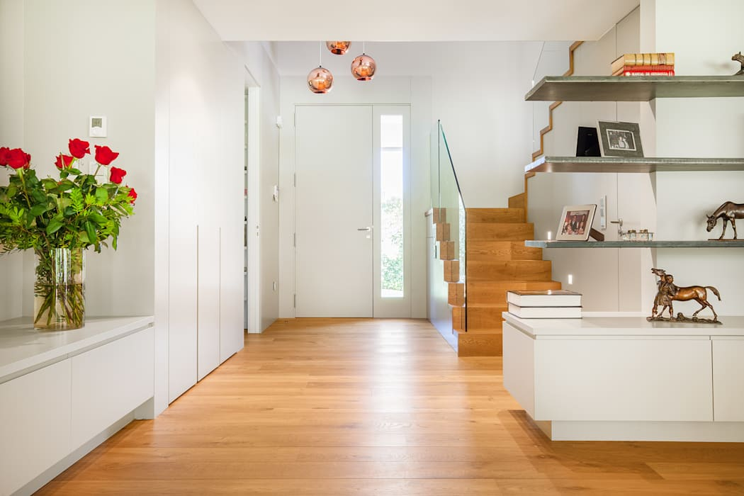 Nowoczesny korytarz, przedpokój i schody od Tarimas de Autor Nowoczesny Drewno O efekcie drewna