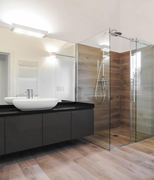 Loft interior in rural complex Bagno minimalista di Edoardo Pennazio Minimalista