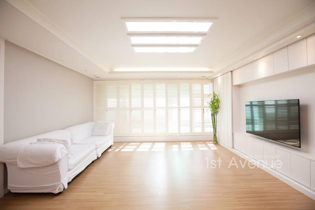 따뜻한 햇살이 있는 다둥이네 인테리어: 퍼스트애비뉴의  거실