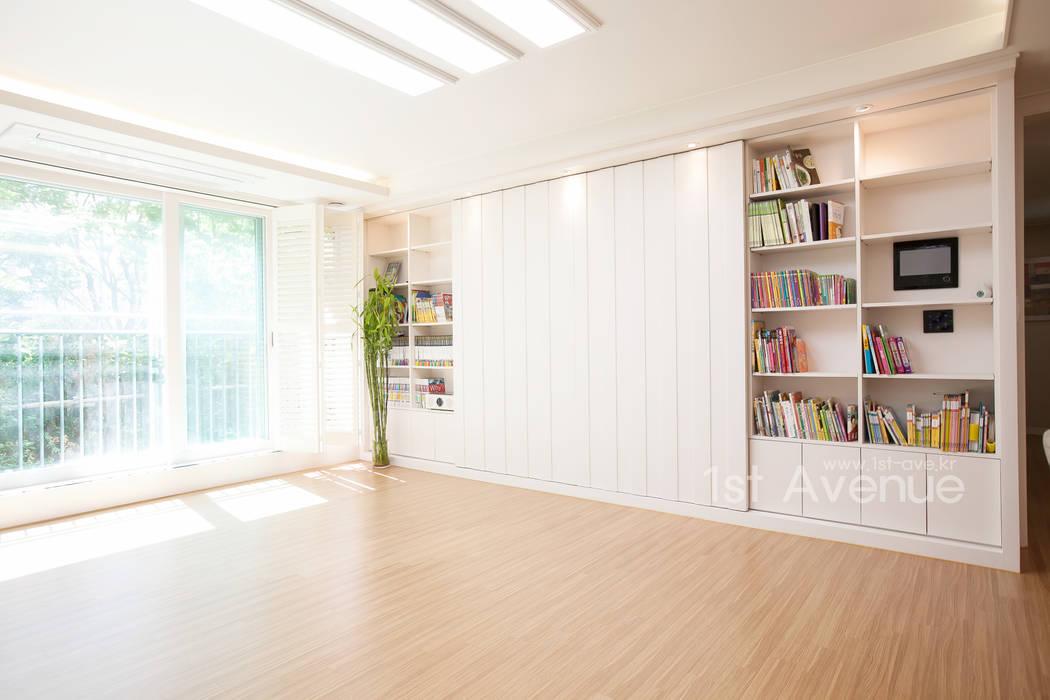 따뜻한 햇살이 있는 다둥이네 인테리어: 퍼스트애비뉴의  거실,