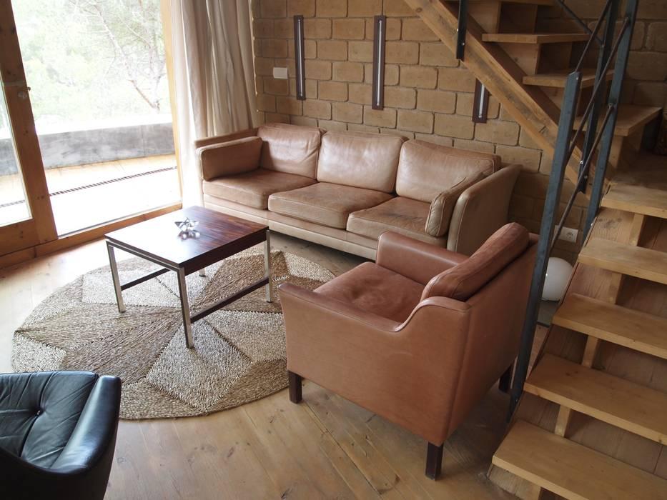Casa Autosuficiente en el Garraf Salones de estilo mediterráneo de ABCDEstudio Mediterráneo Madera Acabado en madera