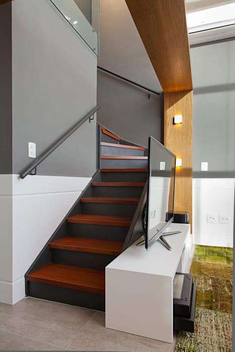 Modern corridor, hallway & stairs by Joana & Manoela Arquitetura Modern