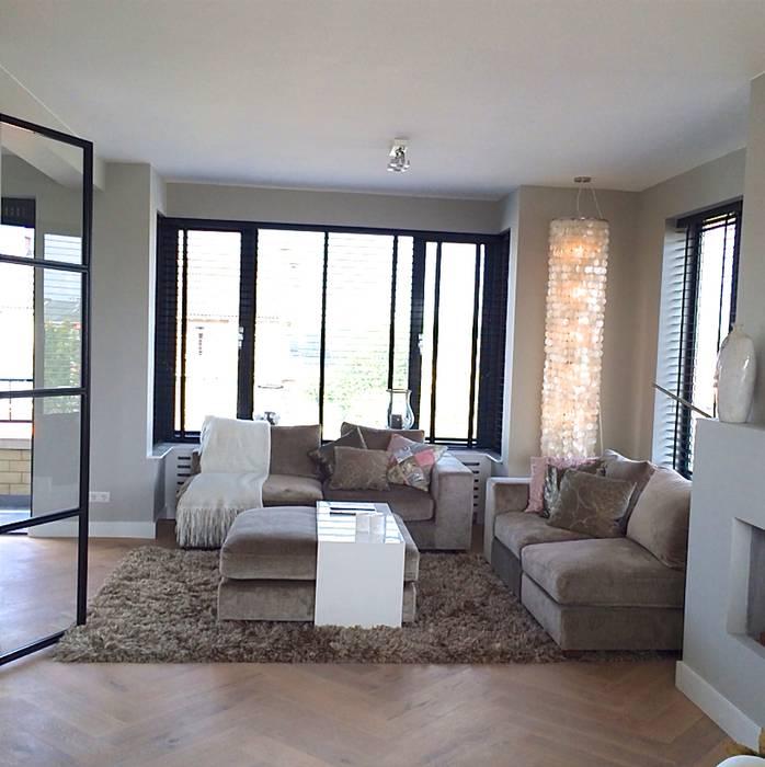 Appartement Kijkduin:  Woonkamer door Daniela Cupello Styling