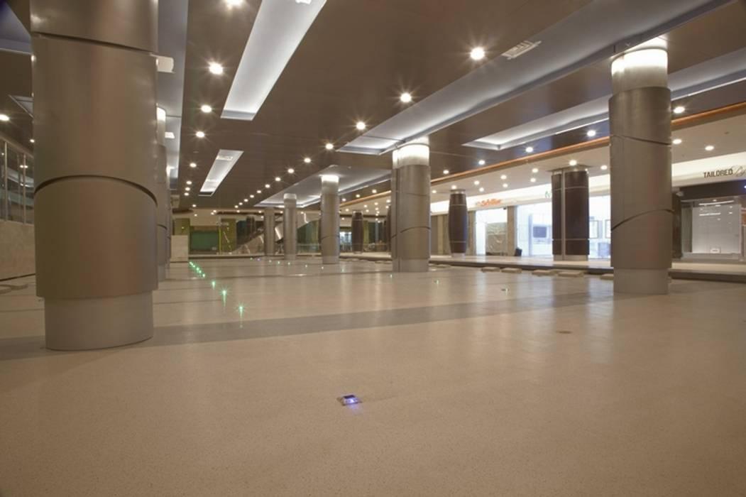 Estacionamiento titan plaza: Centros comerciales de estilo  por Norca