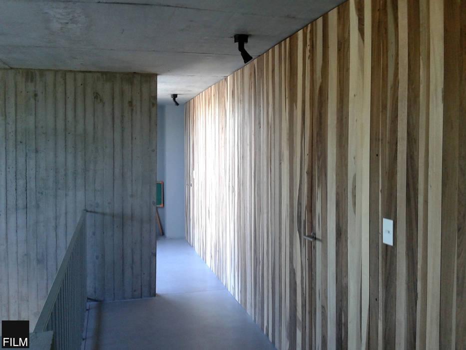 Modern corridor, hallway & stairs by FILM OBRAS DE ARQUITECTURA Modern Wood Wood effect