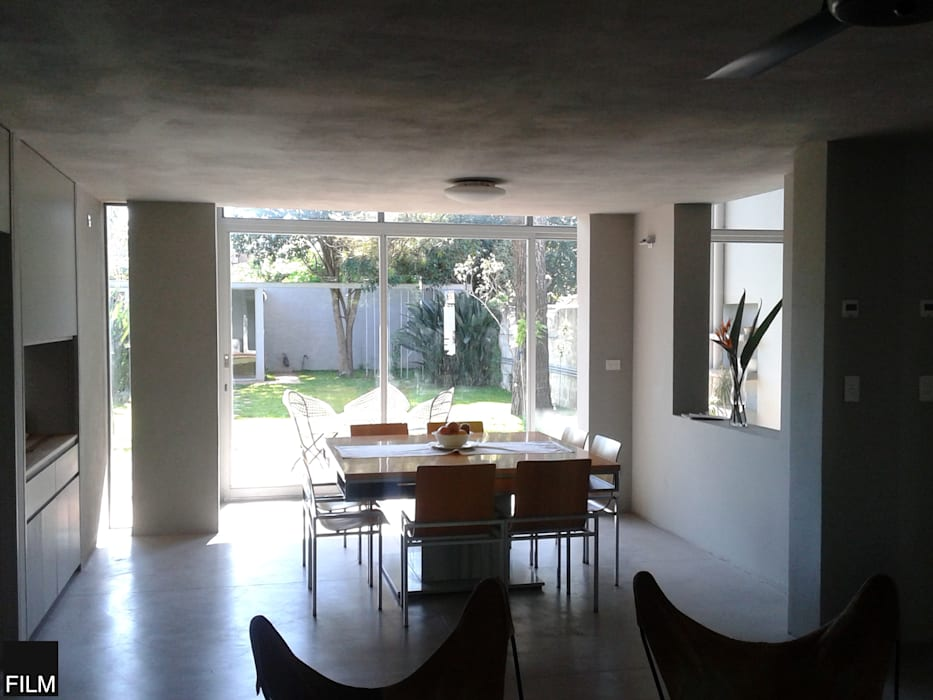Modern dining room by FILM OBRAS DE ARQUITECTURA Modern Concrete
