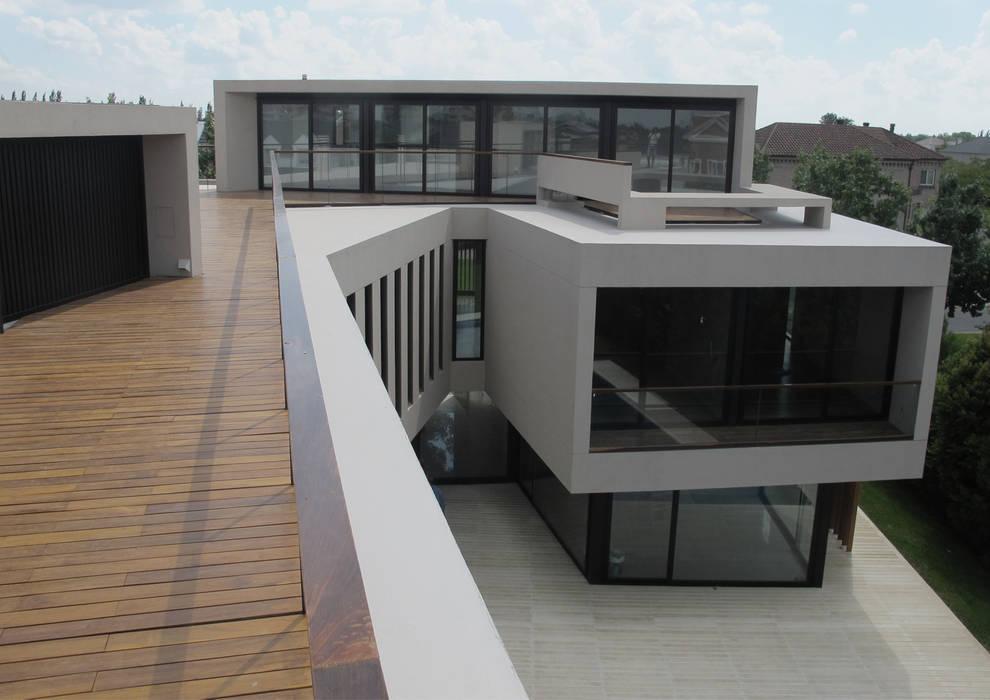 Balcones y terrazas modernos de FILM OBRAS DE ARQUITECTURA Moderno Madera Acabado en madera